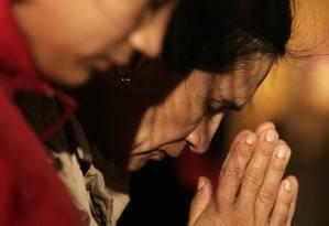 Fiéis rezam em frente à Basílica de São Pedro, no Vaticano Foto: Tony Gentile/Reuters