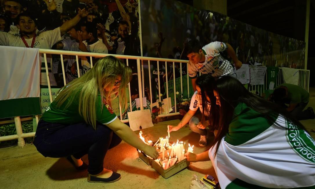 Velas e faixas fizeram parte das homenagens às mais de 70 vítimas NELSON ALMEIDA / AFP