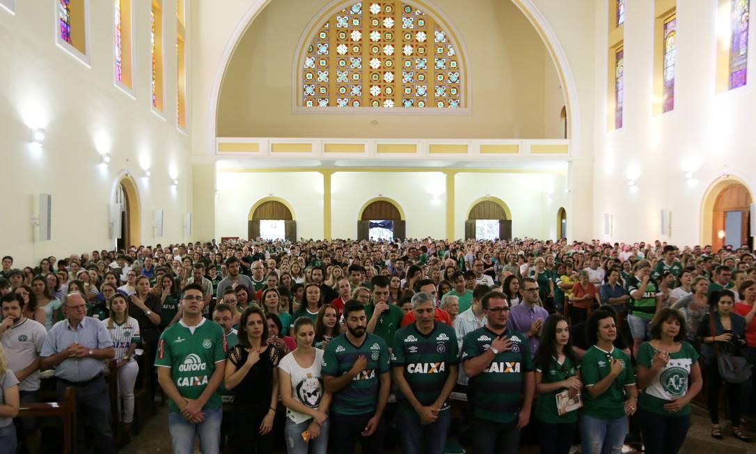 A Igreja de Santo Antônio, em Chapecó, ficou lotada de torcedores do time catarinense PAULO WHITAKER / REUTERS