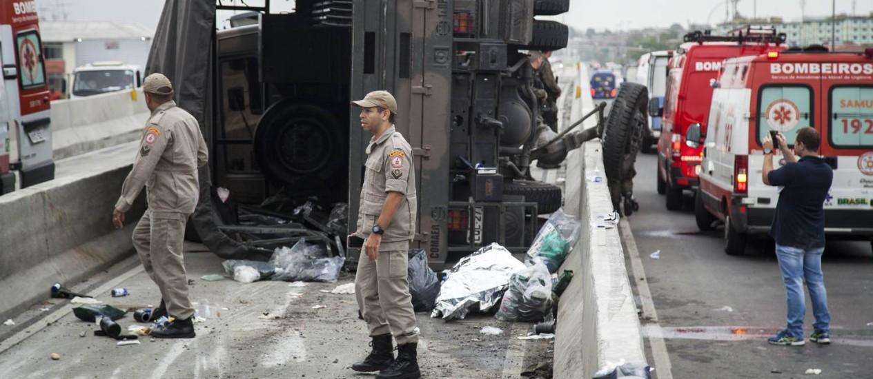 Bombeiros prestam atendimento às vítimas do acidente com comboio da Aeronáutica Foto: Hermes de Paula / Agência O Globo