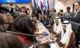 Ministro da Energia da Arábia Saudita, Khalid al-Falih (à direita, embaixo) na reunião da Opep, em Viena Foto: JOE KLAMAR / AFP