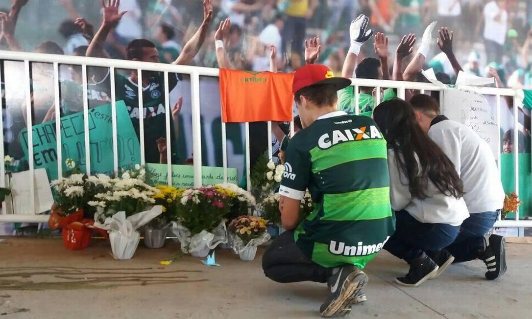 Torcedores fazem homenagem aos jogadores da Chapecoense na Arena Condá Luiz Barp