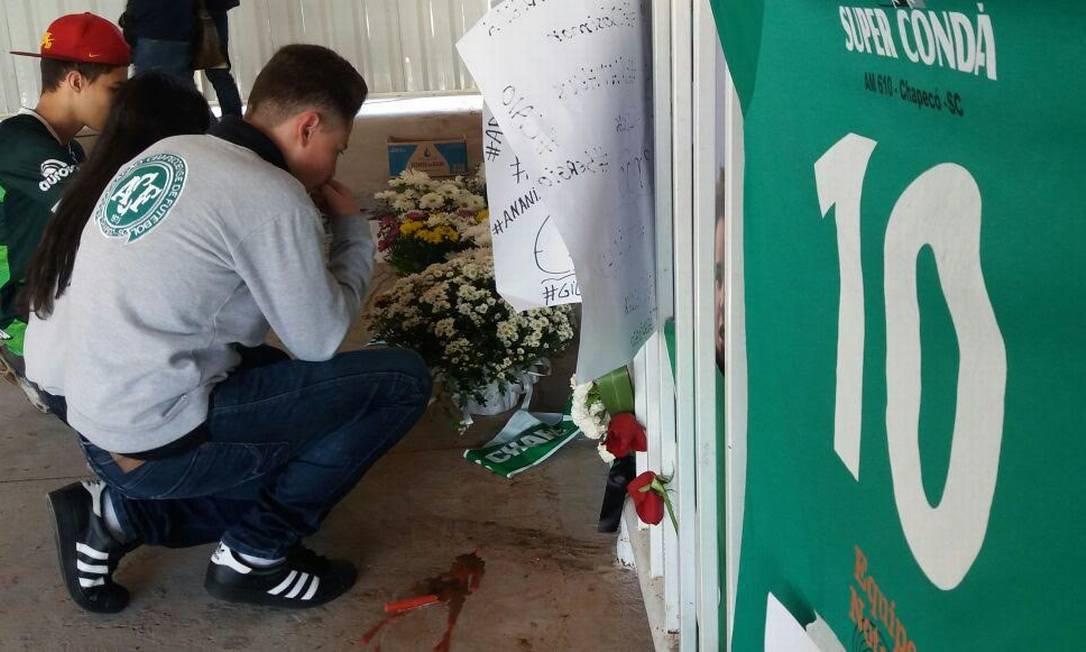 Desde terça-feira muitos torcedores vão ao estádio para prestar uma última homenagem aos jogadores que morreram no acidente quando se dirigiam para Medellín Luiz Barp