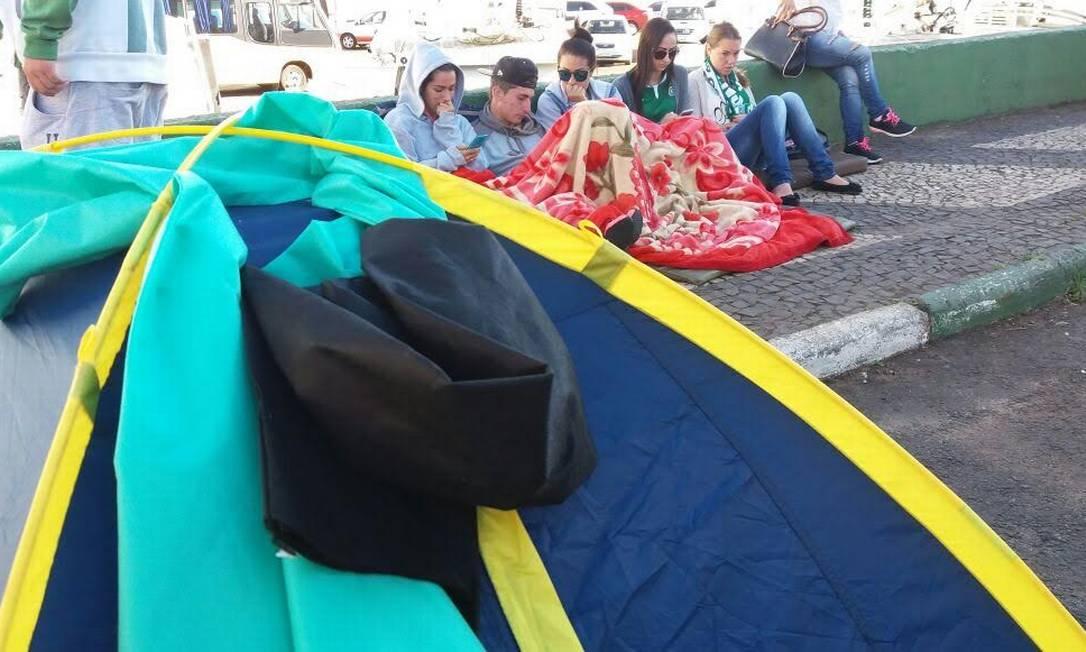 Alguns torcedores acamparam no estádio e prometem ficar no local até a chegada dos corpos dos jogadores mortos Luiz Barp