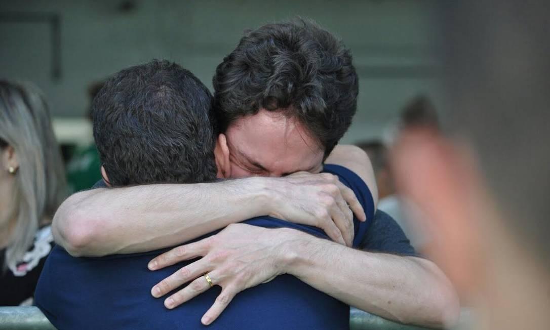 Torcedores se abraçam no estádio e choram pela morte dos atletas na Colômbia Luiz Barp