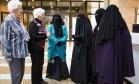 Mulheres vestidas de burka foram ao parlamento Foto: Reuters