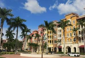 O colorido dos prédios e o céu azul, típicos de Naples, na região de Paradise Coast, costa oeste da Flórida Foto: Cláudia Amorim / O Globo