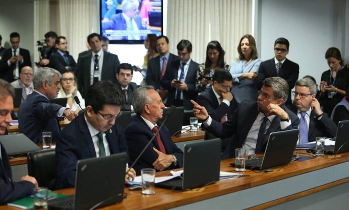 Comissão do Senado aprova simbolicamente fim do foro privilegiado para autoridades