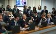 Senadores debatem durante sessão da CCJ que aprovou o fim do foro privilegiado para todas as autoridades nos crimes comuns