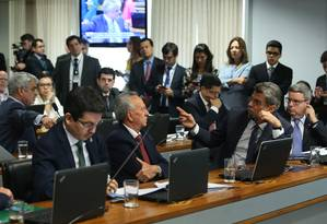 Senadores debatem durante sessão da CCJ que aprovou o fim do foro privilegiado para todas as autoridades nos crimes comuns Foto: Ailton de Freitas / O Globo
