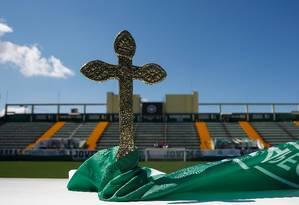 Uma cruz foi colocada na Arena Condá, em Chapecó, onde acontecerá o velório das vítimas da tragédia de Medellín Foto: RICARDO MORAES / REUTERS