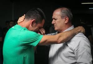 O presidente em exercício da Chapecoense, Ivan Tozzo, consola o goleiro Nivaldo Foto: MARCOSALVES / Agência O Globo