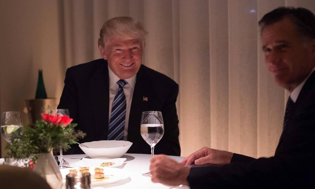 Donald Trump e Mitt Romney jantam em no Jean-Georges, três estrelas Michelin que fica no hotel do presidente, em Nova York Foto: BRYAN R. SMITH/AFP