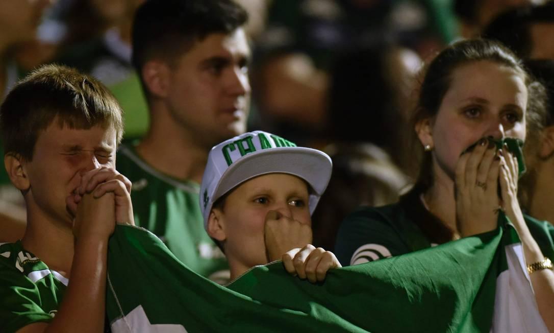 Torcedores de várias idades se emocionaram na noite desta quarta, em Chapecó DOUGLAS MAGNO / AFP