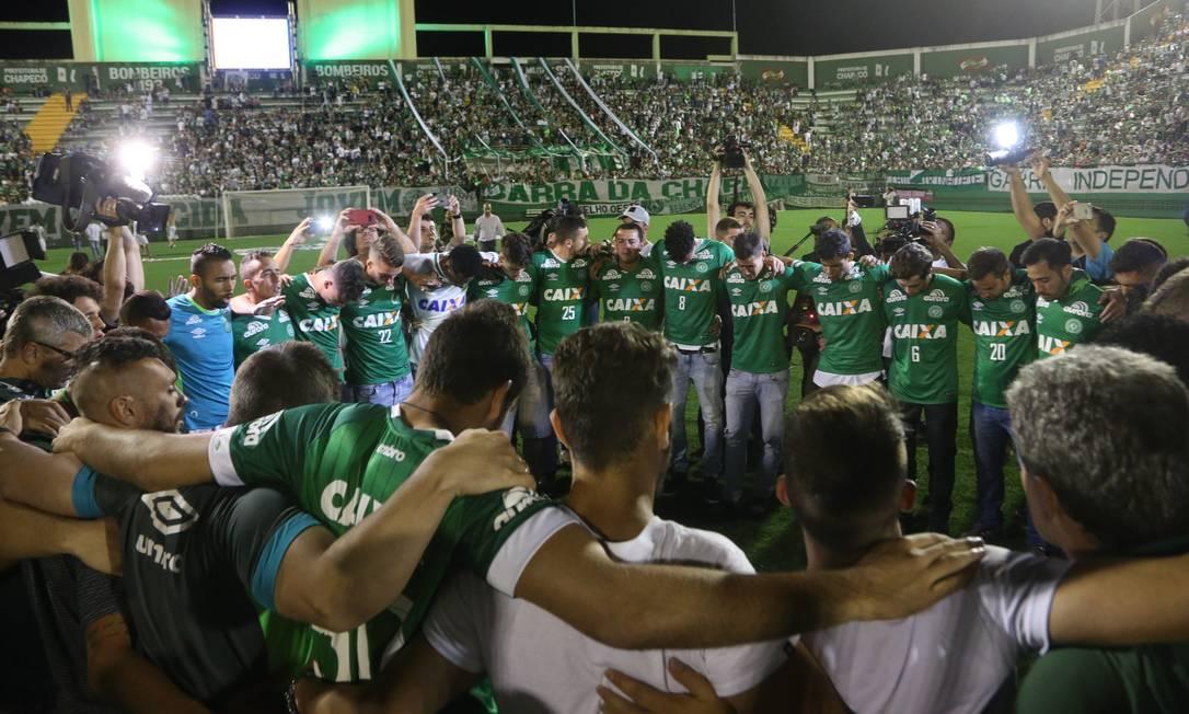 Jogadores e familiares fazem orações em homenagens às vítimas da tragédia Agência O Globo