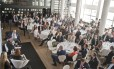 Jornalistas, empresários e demais convidados lotaram a Maison de France, onde o juiz Sérgio Moro foi recebido; responsável pelos processos da Lava-Jato rejeitou apresentar data para concluir a investigação, que se aprofunda