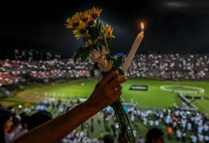 Torcedores acenderam velas para a Chapecoense no estádio Atanasio Girardot Foto: LUIS ACOSTA / AFP