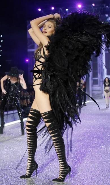 Uma das maiores extravagâncias da indústria da moda, o desfile da Victoria's Secret aconteceu na noite desta quarta-feira, em Paris, no Grand Palais. Tops como Gigi Hadid (na foto) desfilaram ao mesmo tempo em que Lady Gaga e Bruno Mars se apresentaram Francois Mori / AP