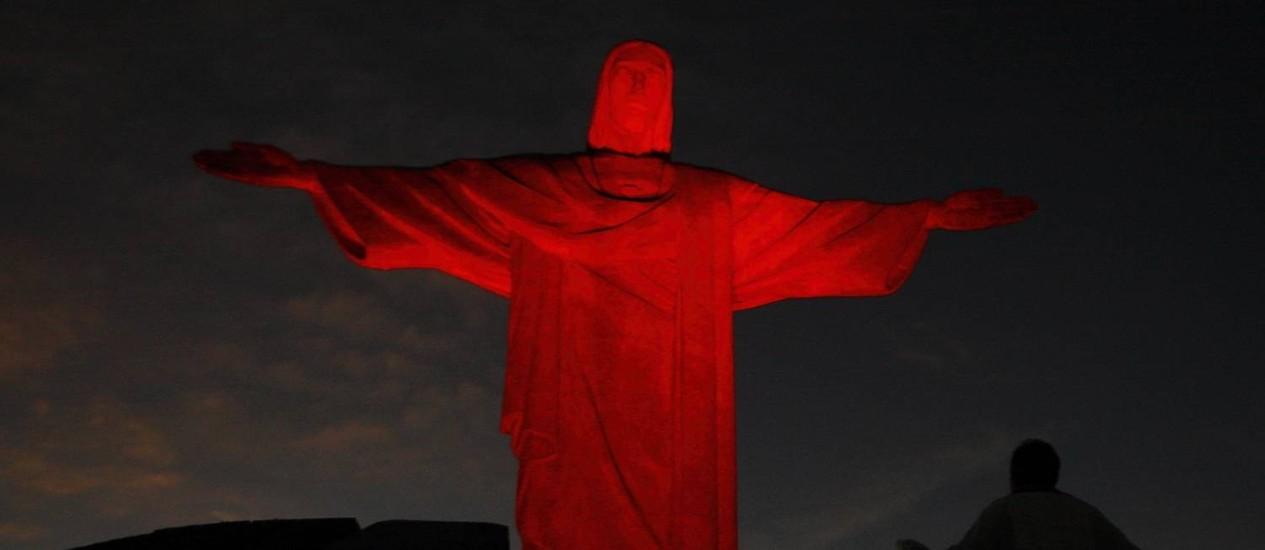 O Cristo Redentod com luzes vermelha Foto: Gustavo Stephan - 01/11/2009 / Agência Globo