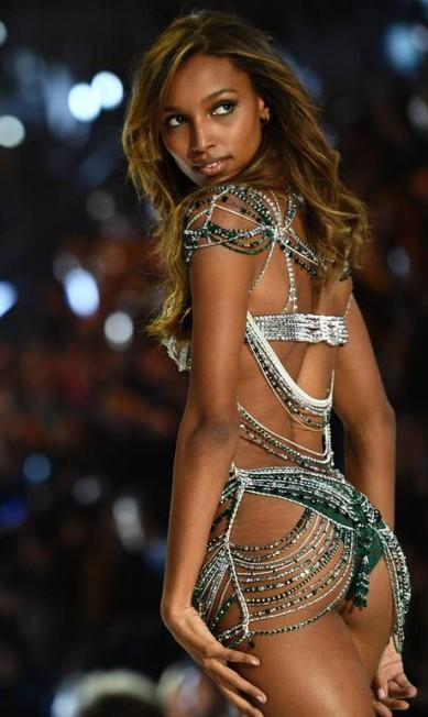 A americana Jasmine Tookes com o Fantasy Bra, avaliado em US$ 3 milhões MARTIN BUREAU / AFP