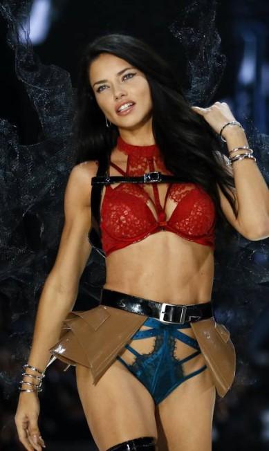 A top brasileira Adriana Lima no desfile da Victoria's Secret Francois Mori / AP