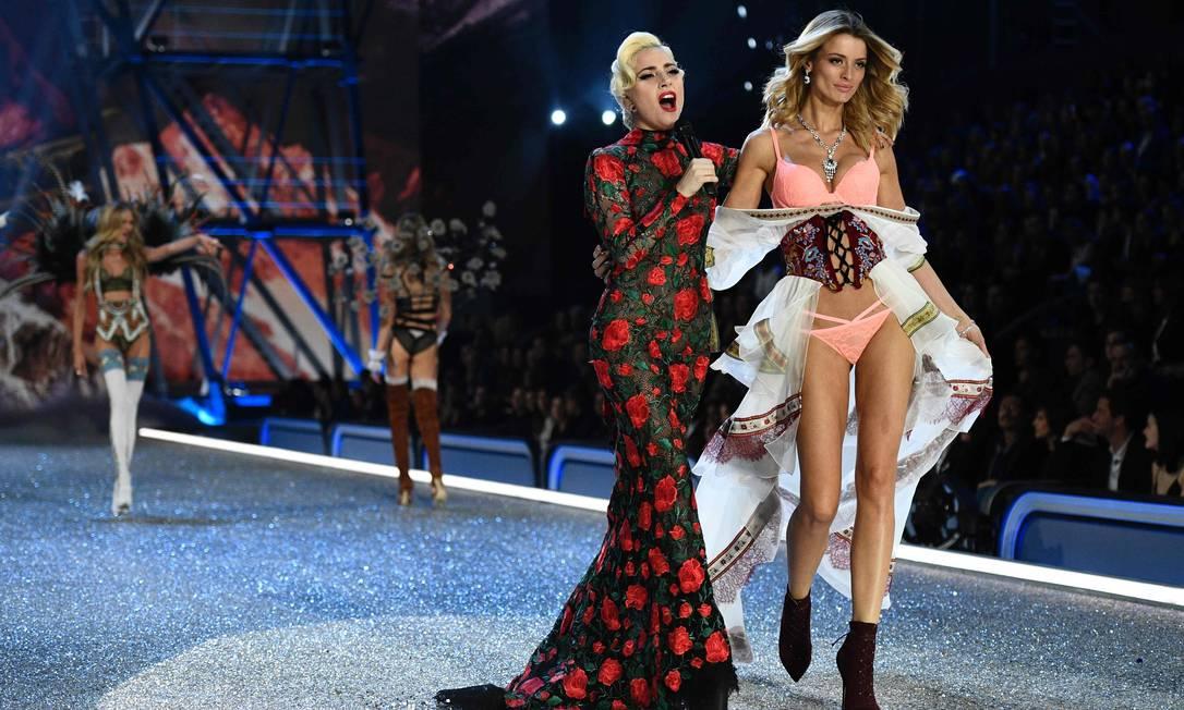 Lady Gaga se apresenta enquanto a brasileira Flavia Lucini desfila MARTIN BUREAU / AFP