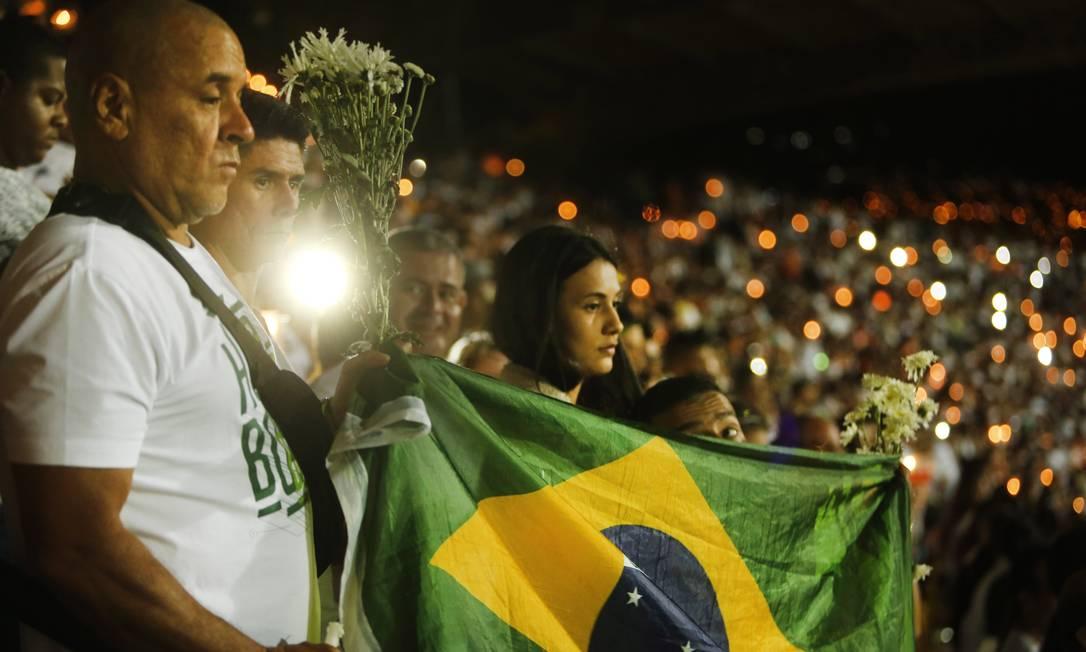 Com a bandeira do Brasil, grupo de pessoas acompanha a solenidade preparada pelos colombianos em homenagem à Chapecoense Antonio Scorza / Agência O Globo