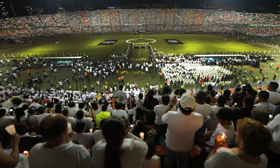A solenidade em memória dos mortos e em apoio aos familiares, torcedores e à Chapecoense foi no mesmo estádio onde seria disputada a primeira partida da final da Sul-Americana, o Atanasio Girardot, em Medellín Antonio Scorza / Agência O Globo