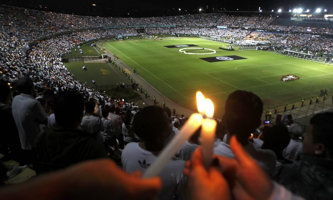 Fãs do Atlético Nacional homenageiam a Chapecoense FREDY BUILES / REUTERS