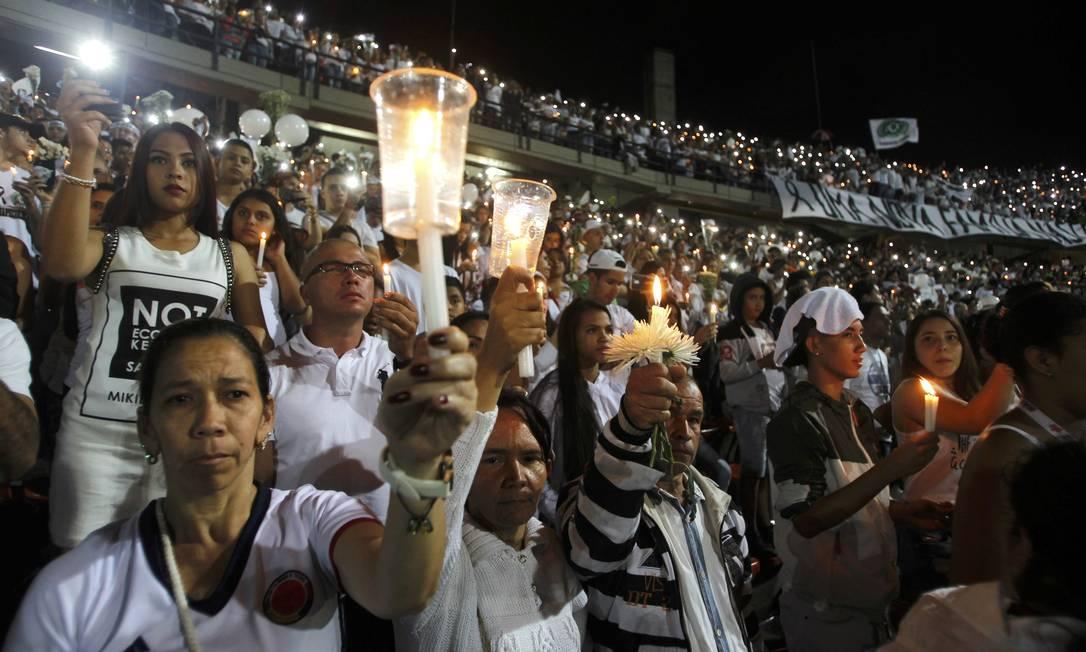 A cerimônia em homenagem aos mortos do acidente aéreo com a Chapecoense emocionou milhares no estádio e também que acompanhavam pela TV e internet FREDY BUILES / REUTERS