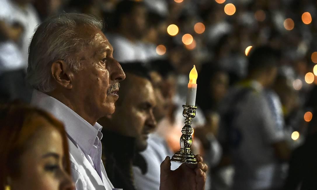 Velas iluminaram as arquibancadas do estádio em Medellín LUIS ACOSTA / AFP