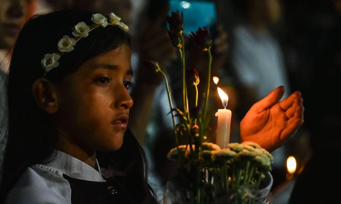 O tributo às vítimas do voo trágico da Chapeconse foi marcado por forte emoção em Medellín LUIS ACOSTA / AFP