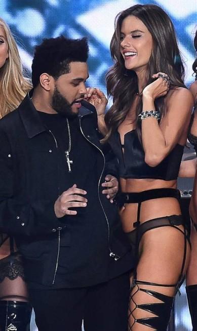 Atração do show anual da Victoria's Secret, que aconteceu nesta quarta-feira, em Paris, The Weeknd deu uma olhada indiscreta para os seios da angel Alessandra Ambrósio na passarela AKMG / AKM-GSI