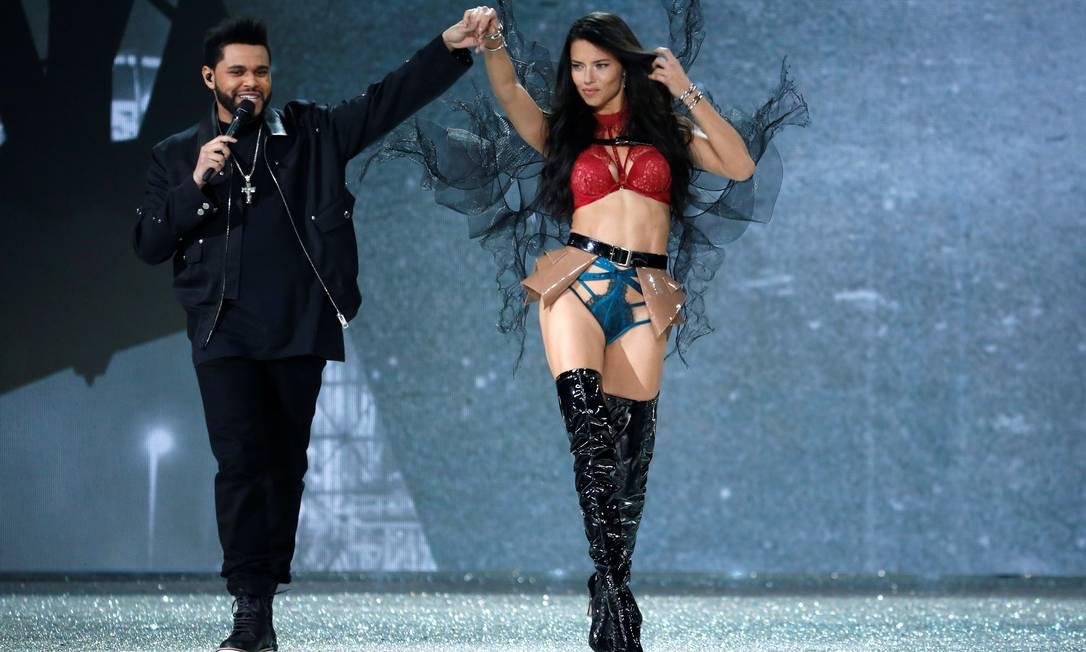 O cantor interagiu com Adriana Lima durante o desfile CHARLES PLATIAU / REUTERS
