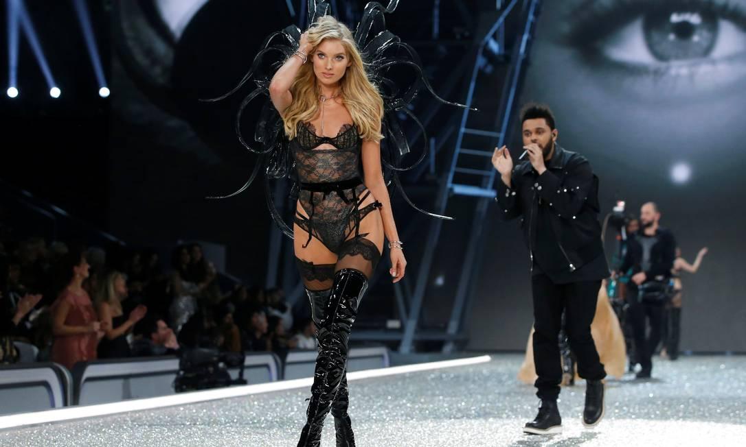 The Weeknd com Elsa Hosk, o anjo que veio do frio, na passarela CHARLES PLATIAU / REUTERS