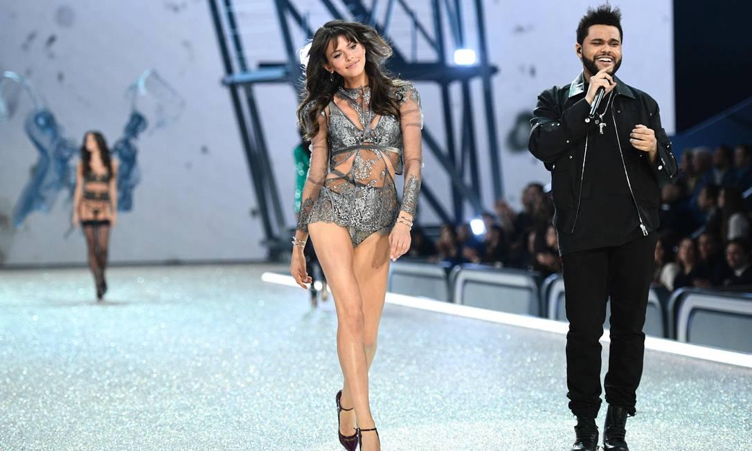 Mais de The Weeknd no desfile da Victoria's Secret MARTIN BUREAU / AFP