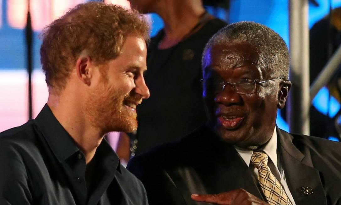 Harry conversa com o primeiro-ministro Freundel Stuart ADREES LATIF / REUTERS