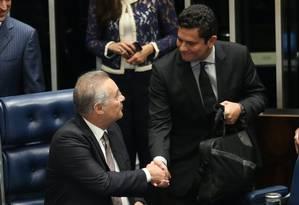 O Juiz Sérgio Moro participa de sessão no Senado sobre abuso de poder, acompanhado pelo senador Renan Calheiros Foto: ANDRE COELHO / Agência O Globo