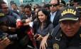 Nadine Heredia chega a aeroporto em Lima, vinda da Suíça