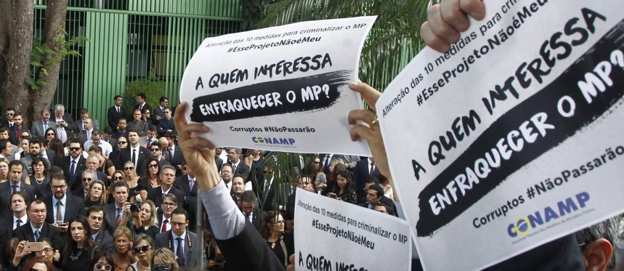 Promotores e juízes em frente ao STF, em Brasília Foto: Givaldo Barbosa 01/12/216 / Agência O Globo