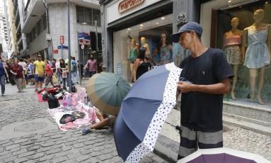Renda dos ambulantes em 2015 caiu mais de 8%, em relação ao ano anterior, em média Foto: Domingos Peixoto / Agência O Globo