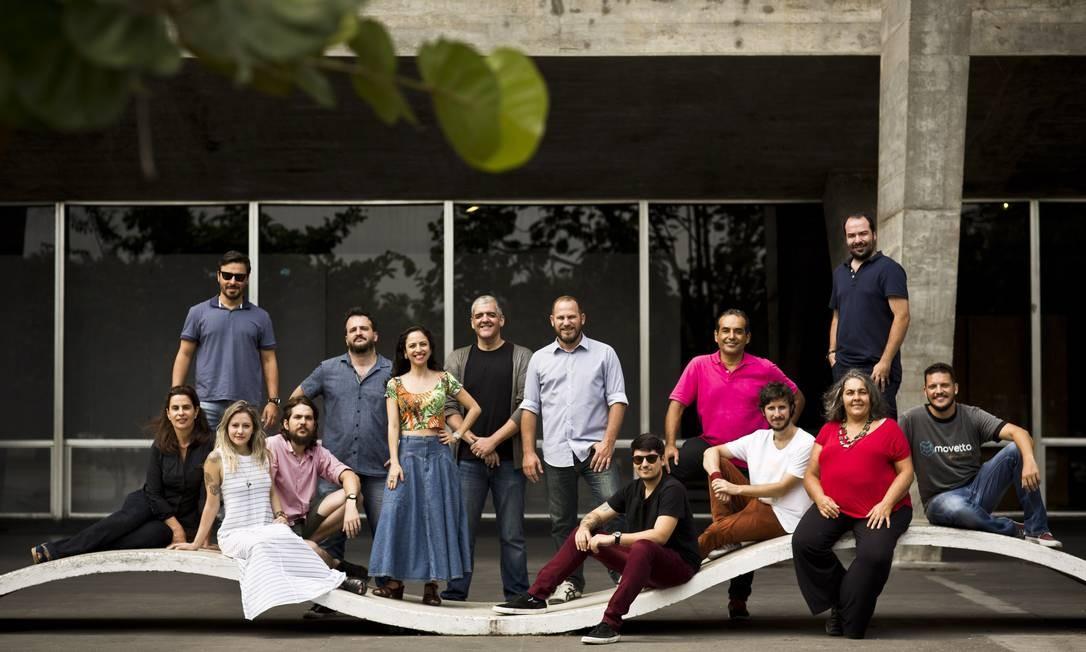 O time de designers integrantes do coletivo Oitis 55 Mônica Imbuzeiro / Agência O Globo
