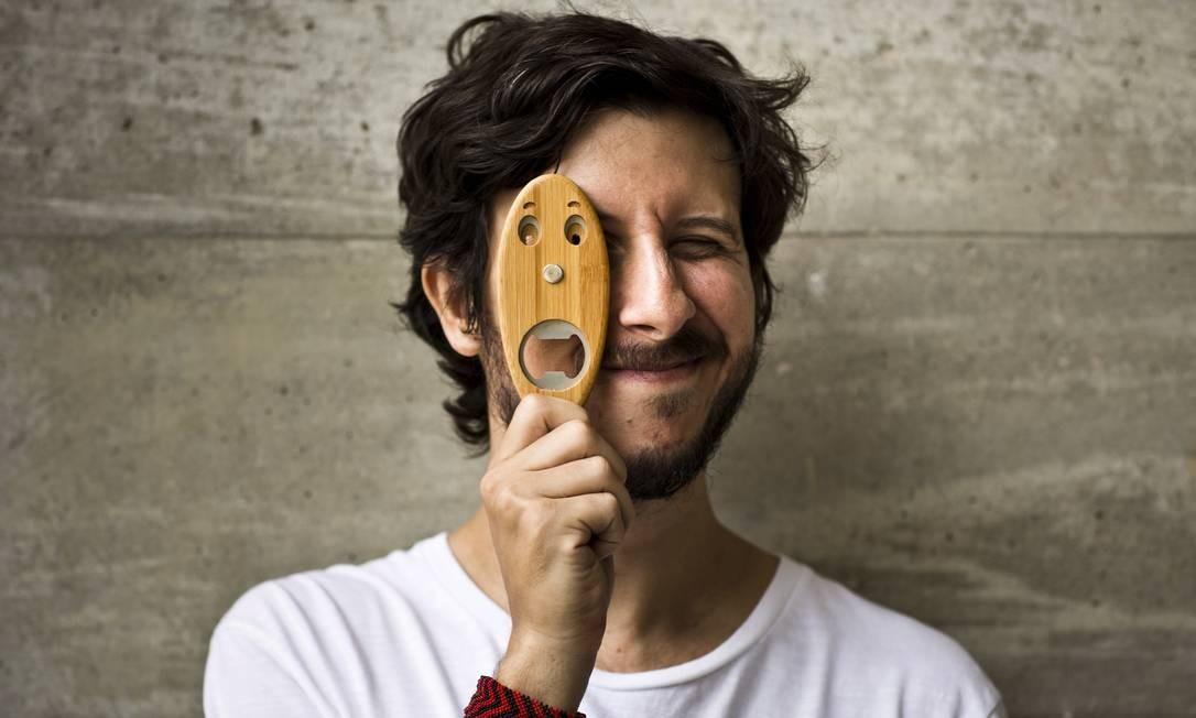 O designer Pedro Braga mostra o abridor Pazzino, feito em bambu Agência O Globo