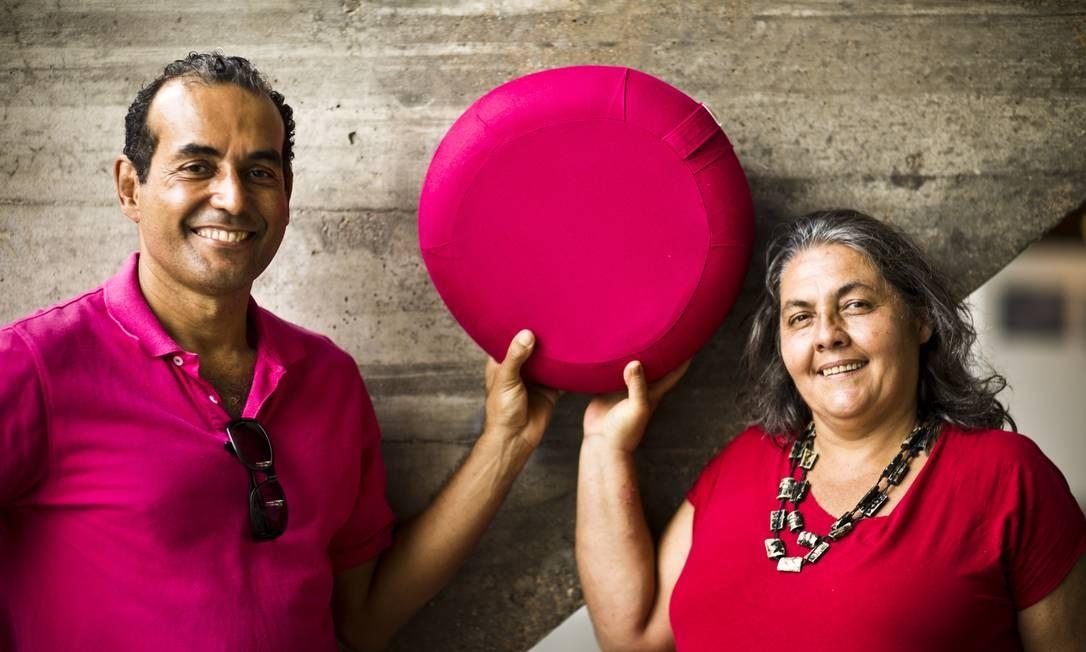 Eduardo e Virgínia, da Biofuton, levarão à exposição a almofada meditAR feita com uma câmara de ar Foto: Mônica Imbuzeiro / Agência O Globo