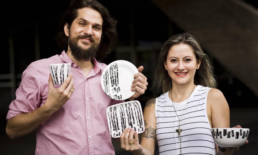 Iara Rossmann e Daniel Malagati, da Muug, criaram a linha de cerâmica Aspargos Foto: Mônica Imbuzeiro / Agência O Globo