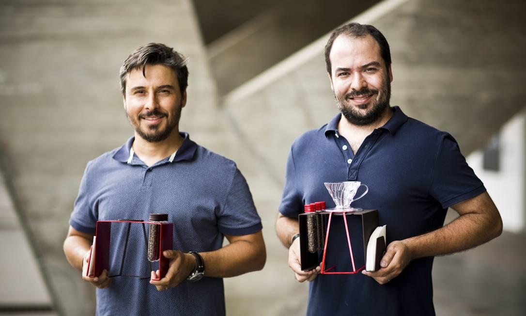 Alexandre Montenegro e Henrique Gomma, da Fubba Design, mostram a estação de café coado Ytu Mônica Imbuzeiro / Agência O Globo