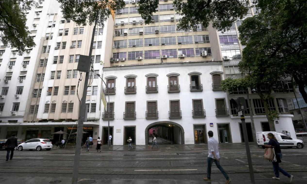 Embora o Arco do Teles seja tombado, nos anos 1960 foi autorizada a construção de um prédio comercial em cima da passagem histórica Foto: Custódio Coimbra / Agência O Globo