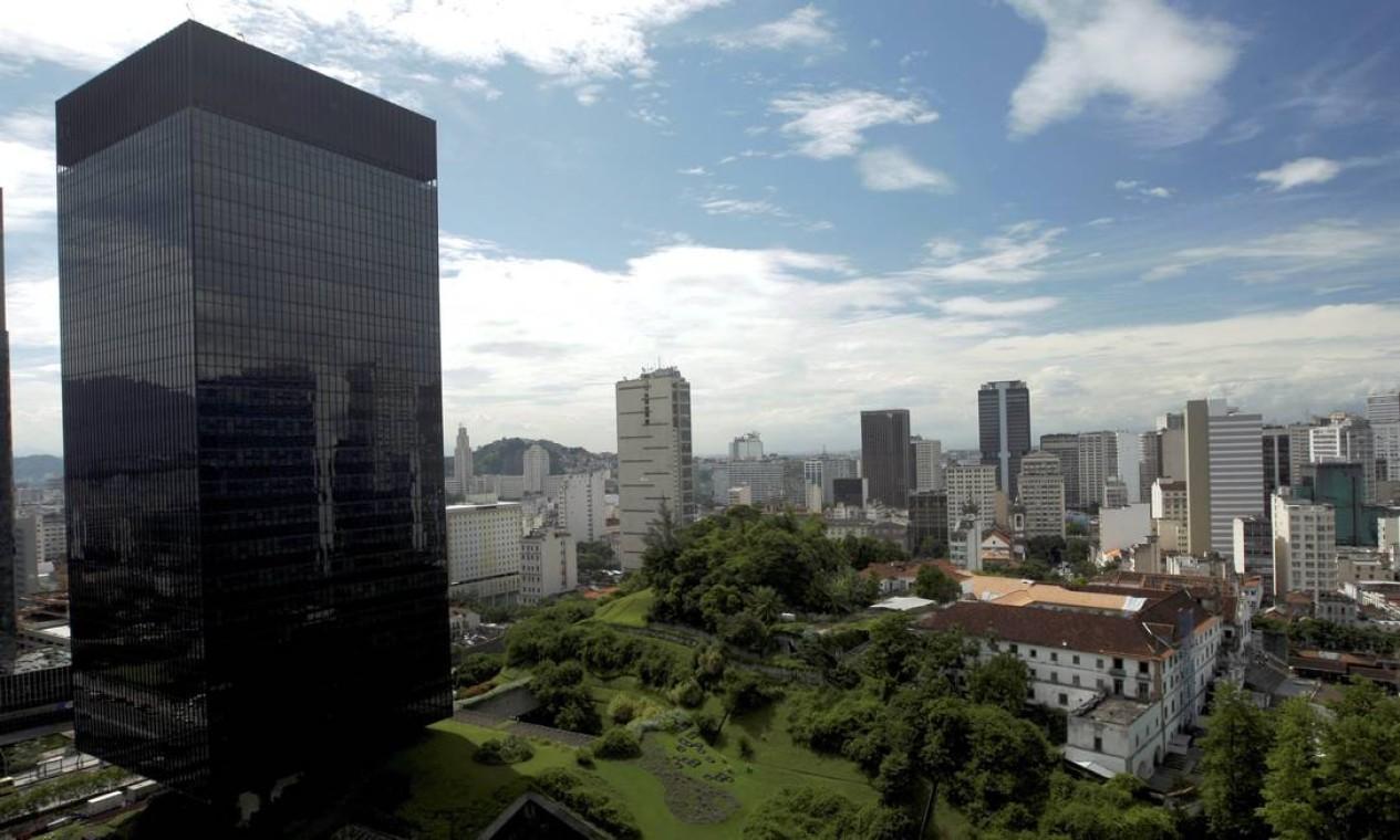 No Largo da Carioca, o Convento de Santo Antônio convive com alguns dos prédios mais altos do Centro da cidade Foto: Custódio Coimbra / Agência O Globo