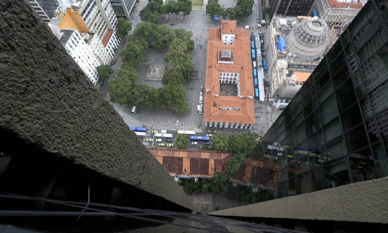 A Praça Quinze vista do alto do prédio da Rua da Assembleia 10. Arranha-céu foi erguido ao lado de monumentos históricos Foto: Custódio Coimbra / Agência O Globo