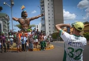 Índios da aldeia Condá são fotografados por torcedor da Chapecoense Foto: Marcos Alves - Agência O Globo